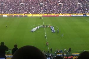 Borussia-Park - Freitag, 3. Mai, 20.29 Uhr. Die Mannschaften laufen ein. Spiel eins beginnt. (Foto: Ernst)