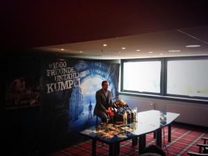 Am Dienstag stellte sich Schalke-Manager Horst Heldt in der Arena. (Foto: twitter.com/AndiErnst)