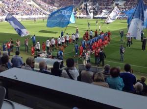 """War mir vorher gar nicht aufgefallen: In Sinsheim laufen die Spieler zu Rammsteins """"Engel"""" ein. (Foto: Twitter/AndiErnst)"""