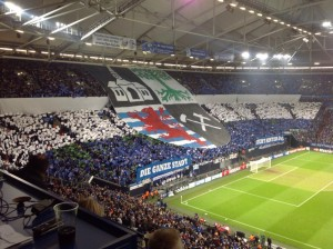 Wieder mal eine beeindruckende Choreographie der Schalke-Fans. (Foto: twitter.com/AndiErnst)