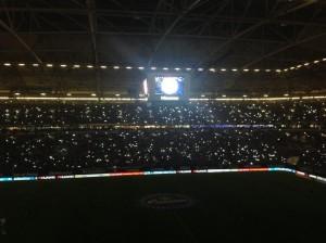 Die Arena ist dunkel, nur die Handys leuchten - und gespielt wird das Steigerlied. Da lacht das Ruhrpott-Herz! (Foto: twitter.com/AndiErnst)