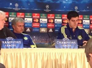 Chelseas Trainer José Mourinho und Torwart Thibaut Courtois in Düsseldorf. (Foto: twitter.com/AndiErnst)