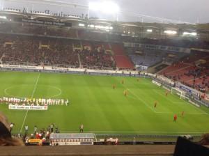 """""""Du gewinnst nie allein"""" - die Choreographie der Schalke-Fans (Foto: twitter.com/AndiErnst)"""