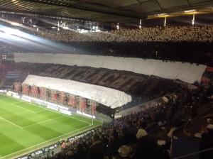 Die Frankfurter Fans begeisterten vor dem Spiel mit einer beeindruckenden Choreographie. (Foto: twitter.com/AndiErnst)