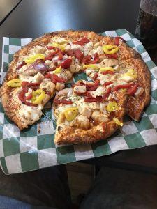 Mittagessen: Pizza mit BBQ-Soße.