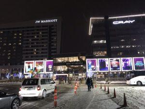 Rechts: Mall mit Medienzentrum. Links: Patriots-Hotel.