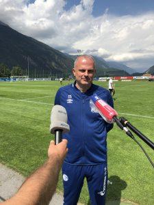 Corona-Abstand eingehalten: Schalkes Sportvorstand Jochen Schneider.