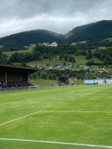 Heimstadion für 13 Tage - und das vor malerischer Kulisse. Ganz oben zu sehen: das Mannschaftsquartier Schloss Mittersill.