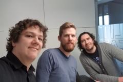 """Anfang 2020: Podcast-Aufnahme für """"Fußball Inside"""" mit BVB-Reporter Sebastian Weßling (Mitte) und Timo Düngen von Radio Emscher-Lippe. 2E3CF0"""